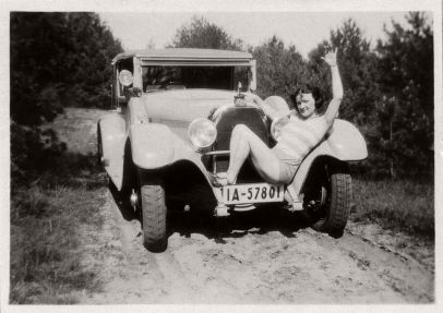 vintage-german-ladies-with-their-classic-cars-1920s-11