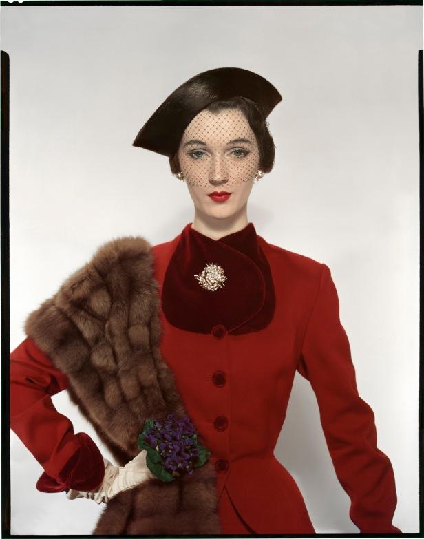 erwin-blumenfeld-dovima-portant-un-tailleur-pacific-un-chapeau-lily-dache-et-des-bijoux-verdura-pour-vogue-us-1er-aoc3bbt-1950