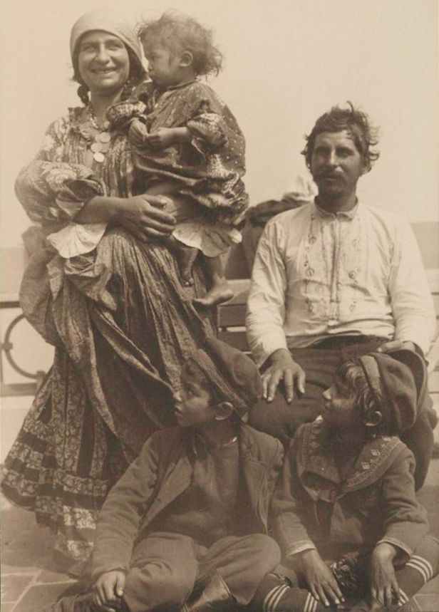Gypsy_family_from_Serbia-774x1080