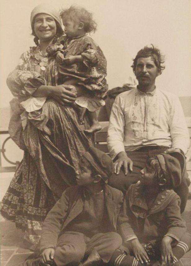 Gypsy_family_from_Serbia-774x1080