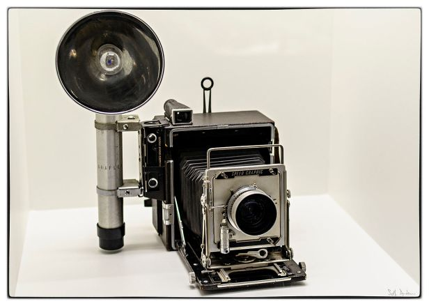 1200px-Stanley_Kubrick's_Speed_Graphic_camera_at_the_LACMA_exhibit